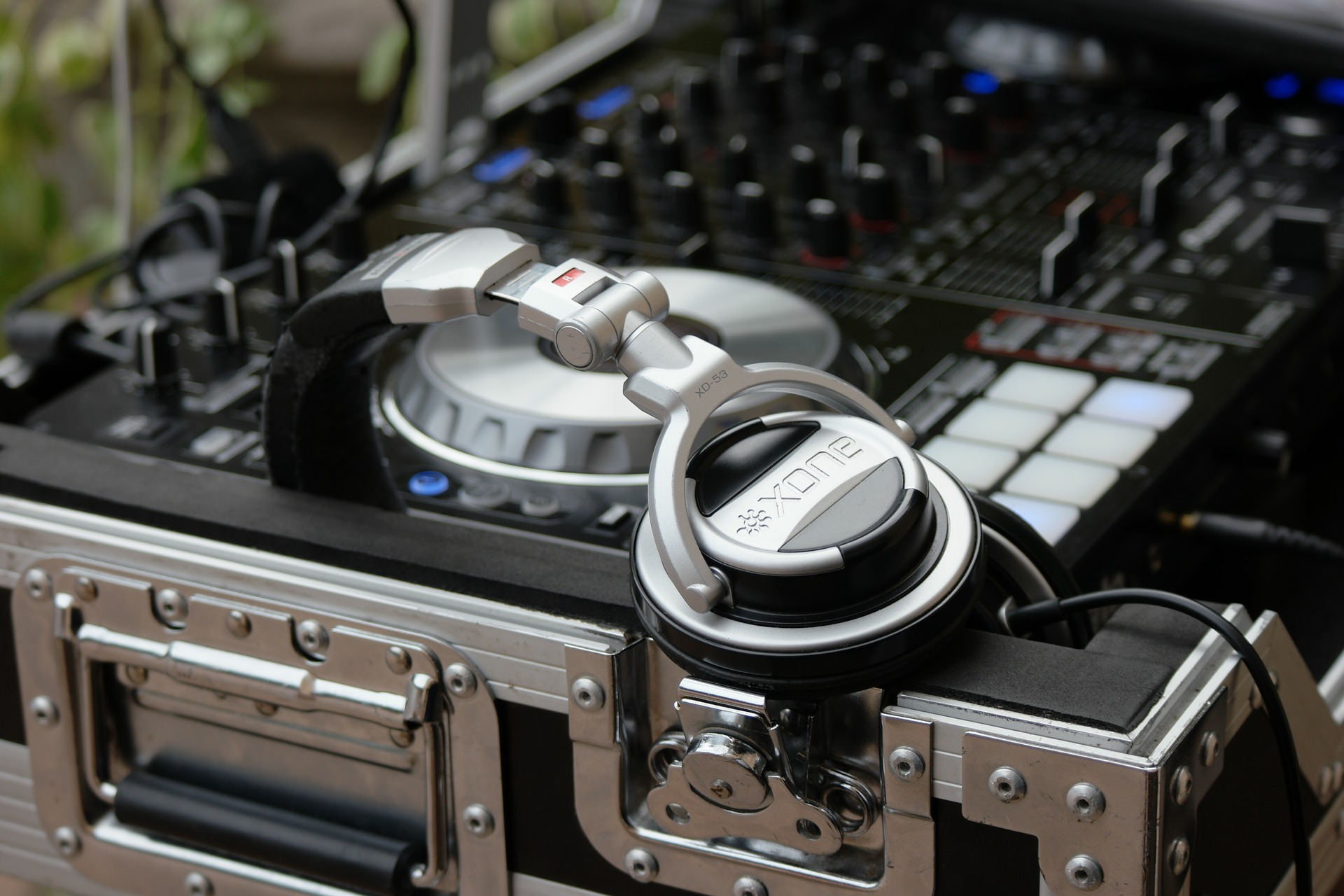 How to hire a wedding dj