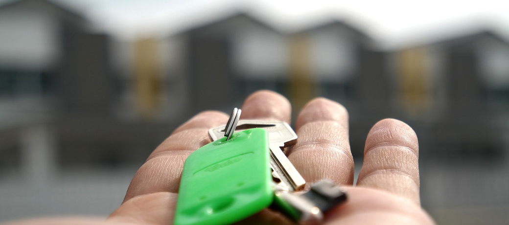 real-estate-handing-over-keys